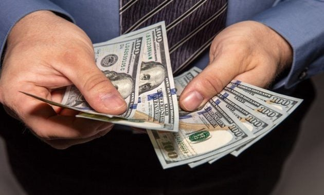 Menghitung uang dolar