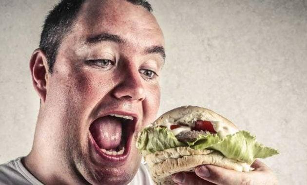 Pria makan burger