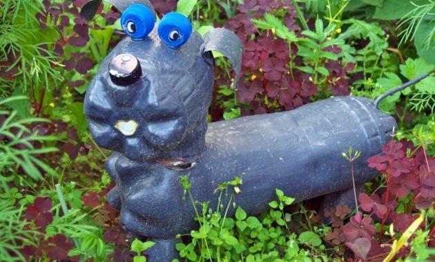 Patung anjing dari botol bekas