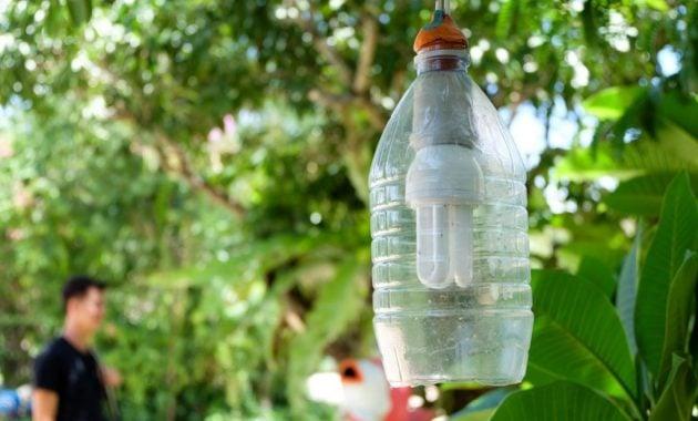 Pelindung lampu dari botol bekas